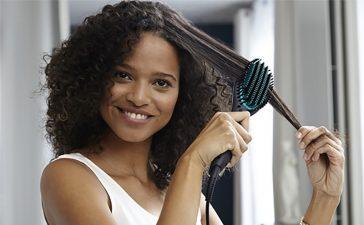 Bien choisir sa brosse démêlante pour cheveux bouclés