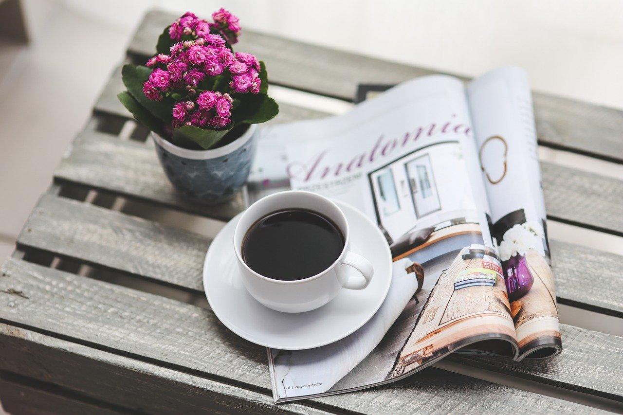 Un café et un magazine