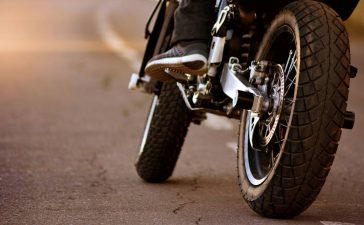 Un homme sur une moto
